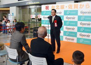 台北便で佐賀からの搭乗スタートを記念してあいさつするタイガーエア台湾の張鴻鐘董事長=佐賀空港