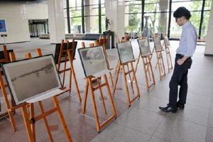 1949年のジュディス台風の被害を記録した写真を展示する「幻の写真展」=県庁の県民ホール