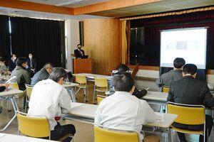 セミナーでは、LIGHTzの担当者が有田の拠点での事業について説明した=西松浦郡有田町の町生涯学習センター
