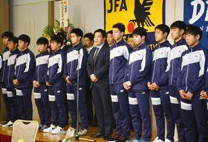 感謝の気持ちを述べるサガン鳥栖U-15森惠佑監督(中央)と選手たち=佐賀市のグランデはがくれ