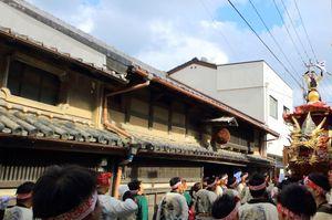 旧東木屋酒造場の前を通る14番曳山「七宝丸」(からつヘリテージ機構提供)