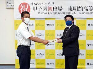 加藤晴空主将(左)に激励金の目録を手渡す松田一也町長=基山町役場