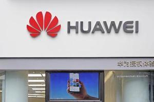 中国・広東省にある華為技術(ファーウェイ)の店舗に表示されたロゴ=3月(AP=共同)