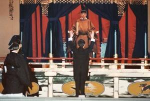 「即位礼正殿の儀」で、高御座の上の天皇陛下の前で万歳を三唱する海部俊樹首相。左側は成年男子皇族=1990年11月、宮殿・正殿松の間