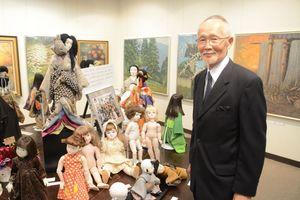 映画に出演する人形たちと辰政さん=佐賀市本庄町の高伝寺前村岡屋ギャラリー