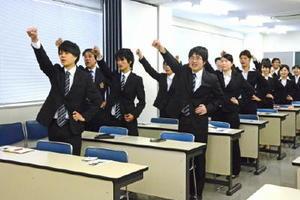 「ガンバロー」の掛け声で気を引き締める学生たち=佐賀市の九州国際情報ビジネス専門学校