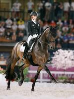 馬場馬術個人で金メダルを獲得した、ドイツのジェシカ・ボンブレドーワーンドルの演技=馬事公苑