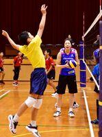 アタックを教える金森晴香選手=芦刈文化体育館