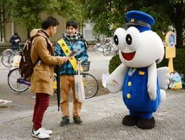 自転車の運転マナーについて注意喚起する大学生=佐賀市の佐賀大学本庄キャンパス