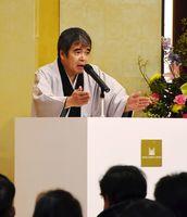 巧みな話術で会場を沸かせた落語家の三遊亭歌之介さん=佐賀市のホテルマリターレ創世