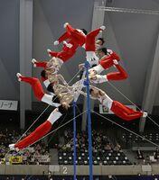 男子鉄棒予選でH難度の離れ技「ブレトシュナイダー」を決める内村航平の連続合成写真(左下から時計回り)=高崎アリーナ