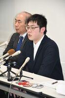 判決後、記者会見に臨んだ佐藤和威さん(右)と渡部吉泰弁護士=佐賀市の佐賀バルーンミュージアム