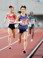 陸上日本選手権の女子5000メートルで15分5秒65をマークして優勝し、東京五輪代表に内定した田中希実。左奥は2位の広中璃梨佳=4日、ヤンマースタジアム長居