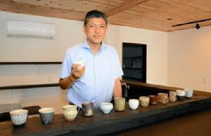空き店舗を改装し、唐津焼で日本酒や料理を楽しむバルを開く坂本さん=唐津市呉服町