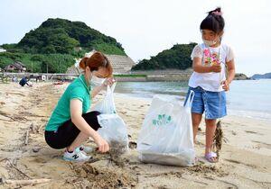 浜辺の清掃活動に汗を流す親子=唐津市の相賀の浜