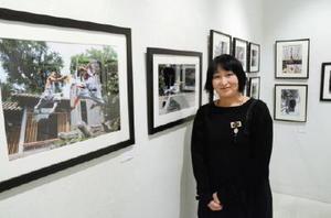 3年間撮り続けた少林寺の僧侶の写真展を開いている大串祥子さん=東京・銀座のヴァニラ画廊