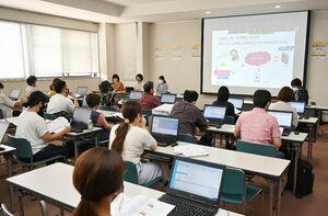 佐賀県が開いた体験講座と説明会で、プログラミングの基礎知識を学んだ参加者ら=6月27日、佐賀市の佐賀電算センター