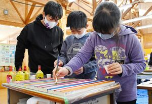 全員で好きな色の縦線を入れて合作を作る子どもたち=唐津市の高島小