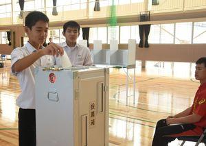 模擬町長選挙で投票を行う生徒たち=吉野ヶ里町の東脊振中学校