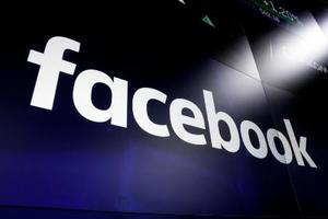 ニューヨークの繁華街にあるスクリーンに映し出されたフェイスブックのロゴ=2018年3月(AP=共同)