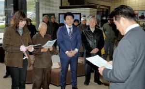 岸本町長が玄海原発3、4号機の再稼働に同意したことを抗議する市民団体のメンバーら=東松浦郡玄海町役場