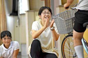 自転車の実技練習で声を掛ける天本晶子教諭=鳥栖市の鳥栖小体育館