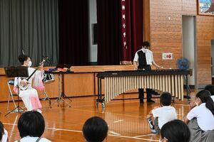 マリンバと津軽三味線で「剣の舞」を奏でる関家真一郎さん(右)と髙橋浩寿さん=神埼市の神埼小