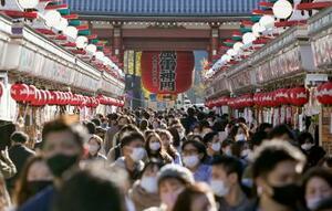 東京・浅草の仲見世通りを歩くマスク姿の人たち=28日午後