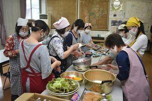 弁当を作る「のいちご会」のメンバーら=伊万里市の二里コミュニティセンター