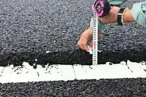 路面にひび割れが見つかった有明海沿岸道路久保田-芦刈インターチェンジ間。一部落ち込んだ部分も確認された=27日、佐賀市久保田町(佐賀県提供)