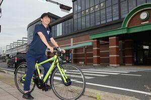 「たけなび」で貸し出すクロスバイクタイプの電動自転車=武雄市のJR武雄温泉駅前