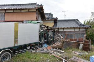 民家に隣接する小屋に突っ込んだトラック=9日午後3時40分ごろ、杵島郡白石町福田