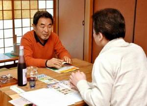 千趣会の担当者(右)に商品を説明する参加業者=佐賀市の肥前通仙亭