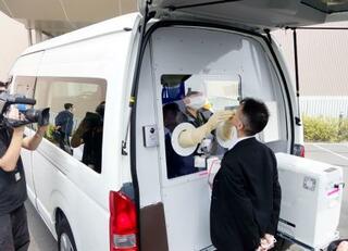 豊田合成、コロナ検査車両を寄贈