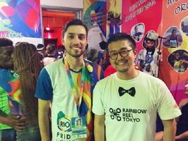 昨年のリオデジャネイロ五輪で設置されたLGBTの拠点「プライドハウス」で写真に納まる松中権さん(右)(提供写真)