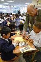 囲碁のルールや決まりごとを教わりながら、対局を楽しむ子どもたち=鹿島市の北鹿島小学校