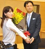 花束を受け取る山口祥義知事