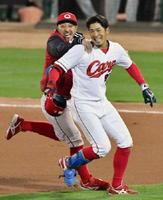 10回、サヨナラの二塁内野安打を放ち菊池(左)に祝福される広島・安部=マツダ