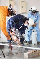 災害救助訓電に臨んだ佐賀広域消防局の高度・特別救助隊と神埼、鳥栖の両署員=神埼市の神埼町保健センター