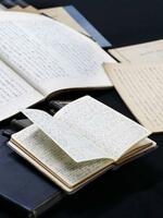 初代宮内庁長官を務めた故田島道治氏が昭和天皇とのやりとりを記録した手帳やノート=19日午前、東京都渋谷区
