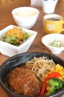 ハンバーグ(和風)850円 サラダ、小鉢、ご飯、スープ が付く