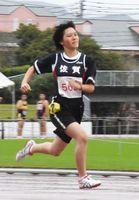 女子100メートルで全力疾走する選手=佐賀市の県総合運動陸上競技場