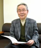 庄屋文書の魅力を紹介する山田 洋さん(80)
