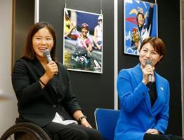 B&G財団の写真展「スポーツのチカラ」発表会で笑顔を見せる、瀬立モニカさん(左)と中村真衣さん=21日午後、東京都港区