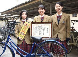 高校生鍵かけグランプリで1位に輝いた神埼清明高の生徒会交通委員=神埼市の同校