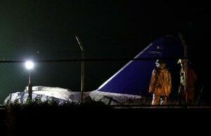 29日、フィリピンのマニラ国際空港で炎上した小型機の残骸(ロイター=共同)