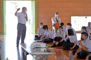 多久島文樹・NIE推進担当デスク(左)の講話に耳を傾ける白石高普通科キャンパスの3年生ら=白石町の同校