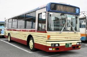 市営バス80周年を記念し、昭和40年代に走っていたバスのデザインを再現した復刻カラーバス=佐賀市の佐賀市交通局