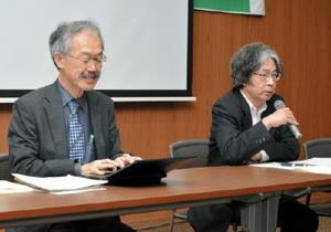 基地問題を講演し、参加者の質問に答える福田護弁護士(右)と足立修一弁護士=15日、佐賀市の県弁護士会館