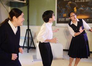 稽古でいろいろな「驚き」を表現する佐賀東高演劇部のメンバー=佐賀市の同校
